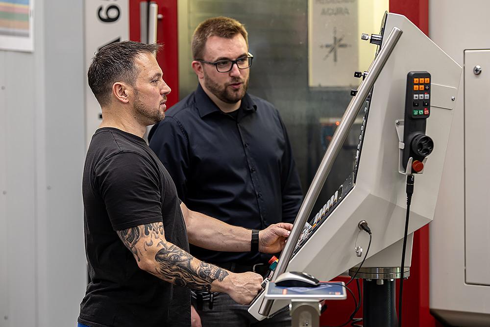 Teamarbeit in der Metallbauteile Fertigung